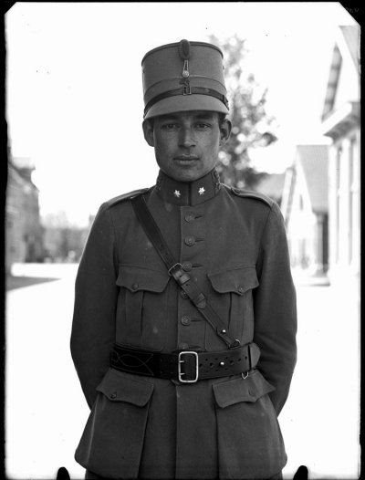 Foto van een jonge officier, gemaakt tussen 1920 en 1930.