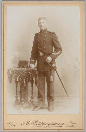 Foto van J.W. Poser, officier van gezondheid. Gemaakt in 1899