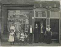 De familie T. Alblas voor hun winkel op de Noordwijkstraat 7-7A in Den Haag. Fotograaf: onbekend. Collectie Haags Gemeentearchief.